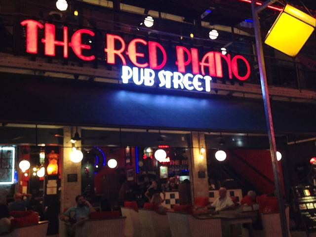 パブストリートの老舗レストラン「レッドピアノ」