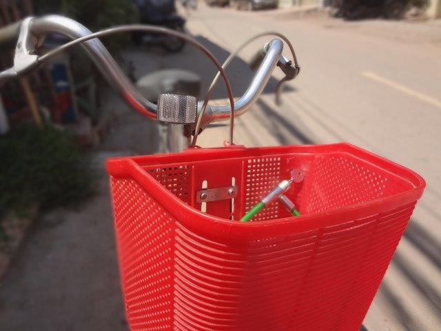 ひったくりに注意な自転車の前かご