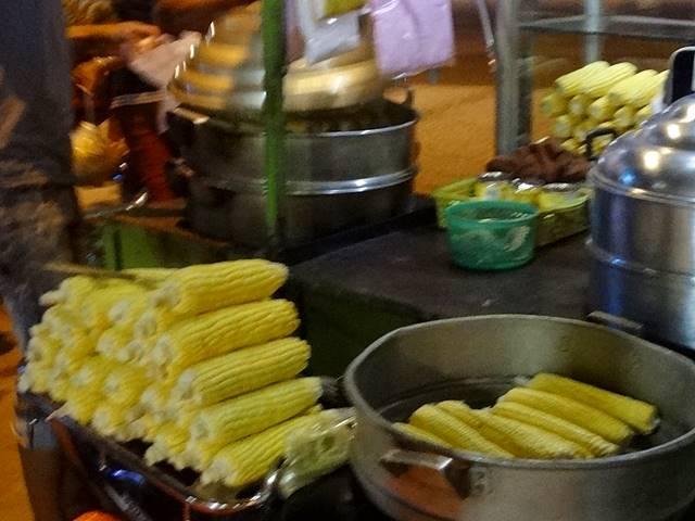カンボジアのローカルフード「ゆでトウモロコシ」