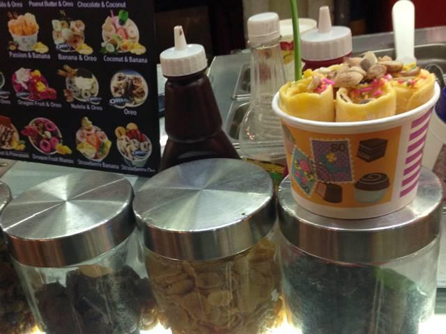 カンボジアのローカルフード「ロールアイス」