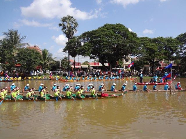 カンボジア水祭りのボートレース①