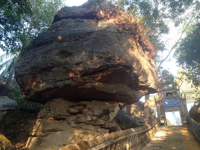 頂上付近にあるアンバランスな大きな岩