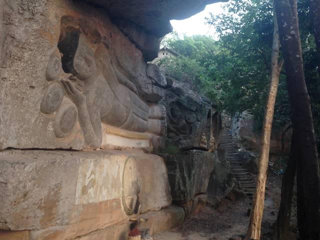 プノン・サントックの横たわる大きな仏像