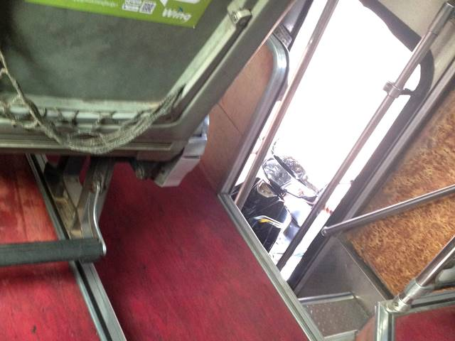 バスにバイクを積み込む