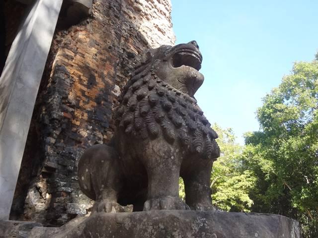 プラサット・タオを見守る二匹の獅子の像
