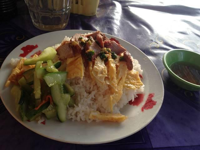 カンボジアの定番の朝ごはん「バーイサッチルーク」