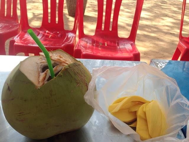 アンコールトムで食べるマンゴーとココナッツジュース
