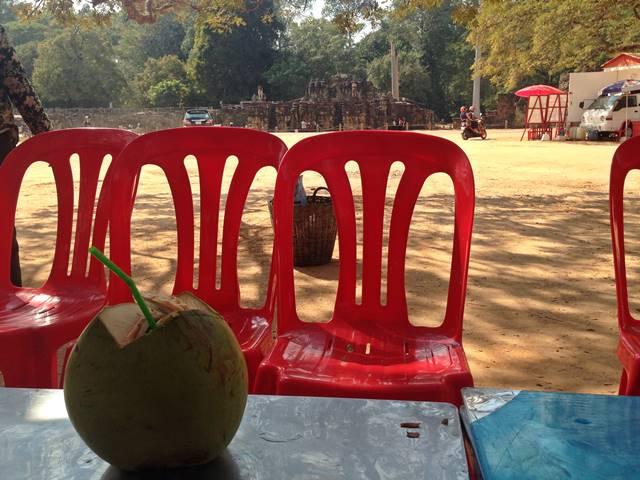 アンコール遺跡で飲むココナッツジュース