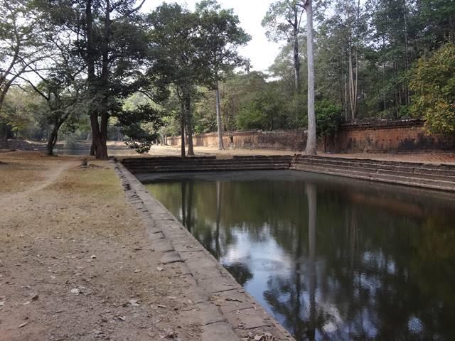 王宮跡にある女池と男池