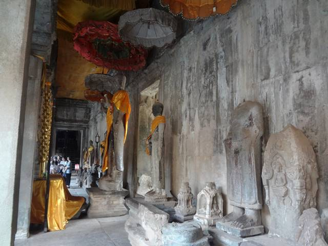 アンコールワットの十字回廊にある仏像