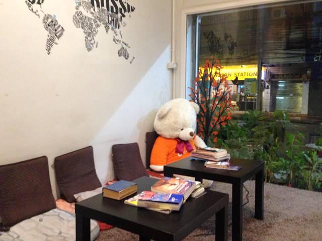 ホステルにあった大きなクマのぬいぐるみ