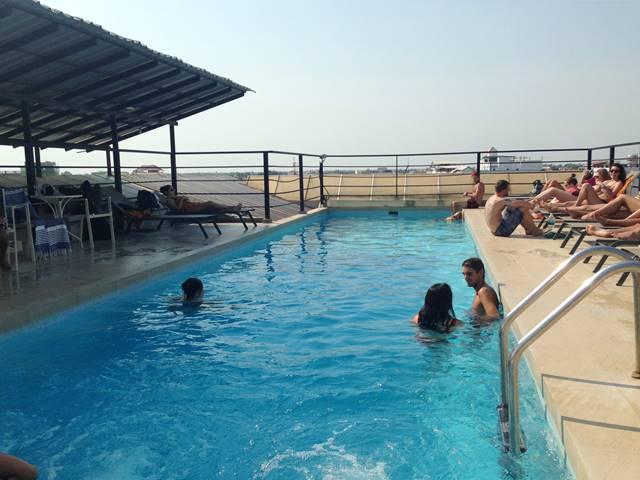 ワンダーズ・ホステルの屋上プール