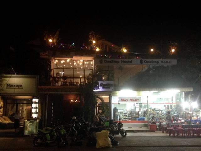 ワンストップ・ホステルの夜間の外観