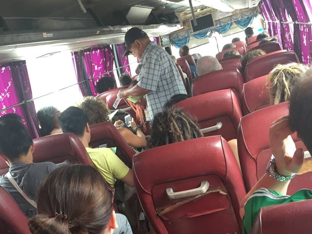 バス車内でパスが配られる