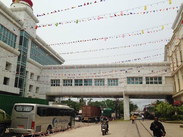 タイとカンボジアの国境の間を歩く