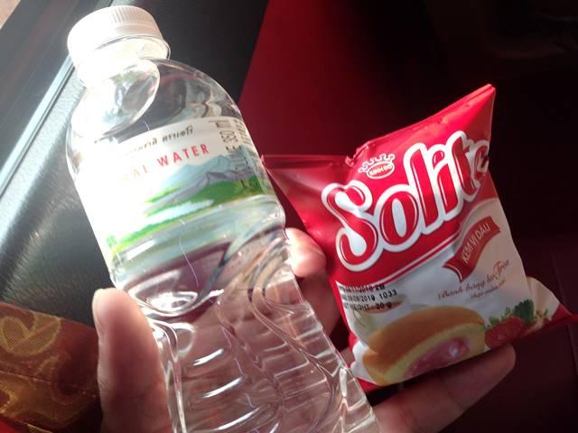 バスで配られた水とお菓子