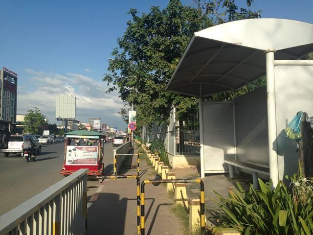 プノンペン空港前のバス停