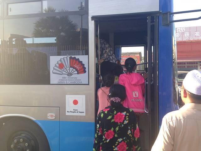 日本の国旗が描かれたバス