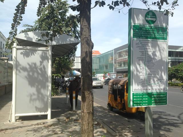 プノンペンのバス停の案内板