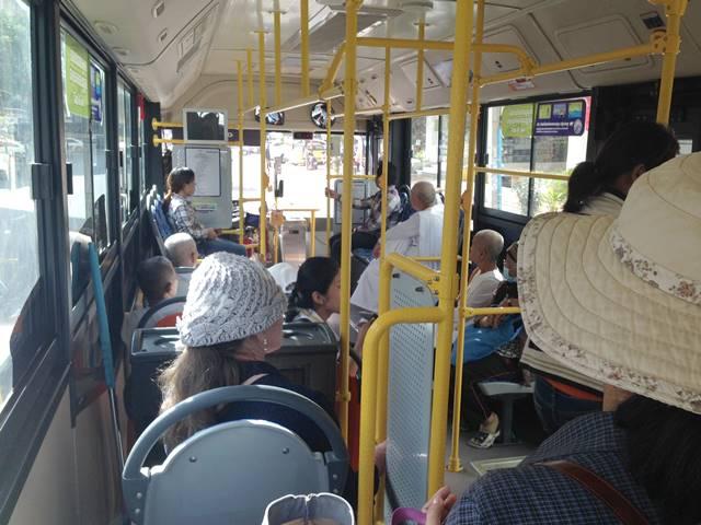 プノンペン空港へむかうバスの車内