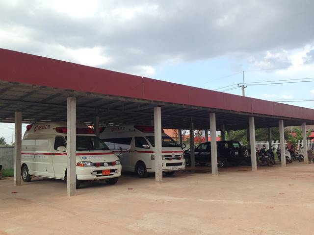 アンコール共生病院に並ぶ救急車