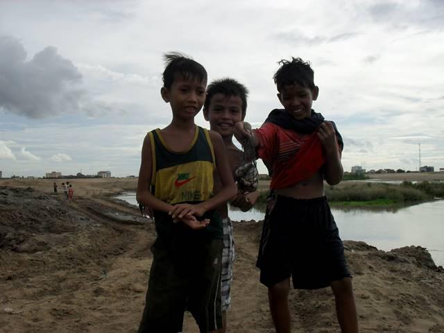 ボンコック湖で魚を獲った住民の子供たち