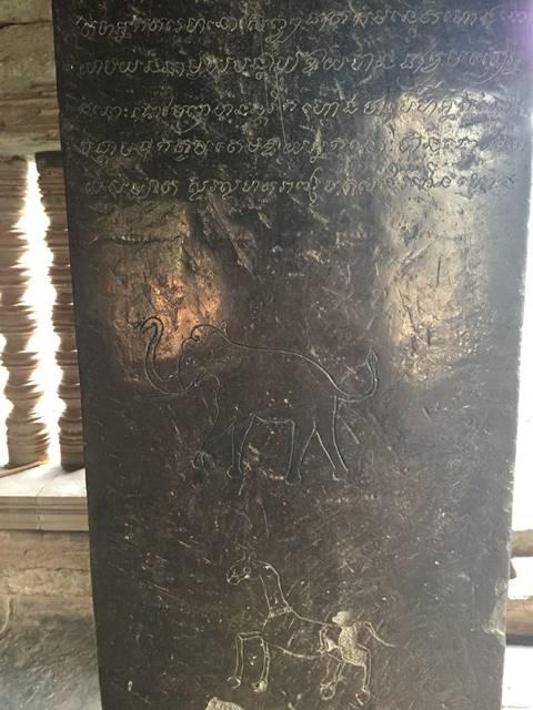 ワット・アトヴィアの柱に刻まれた文字