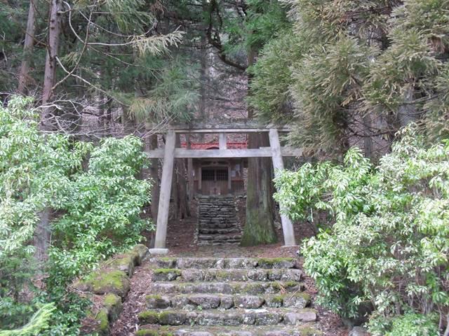 温泉旅館近くの神社