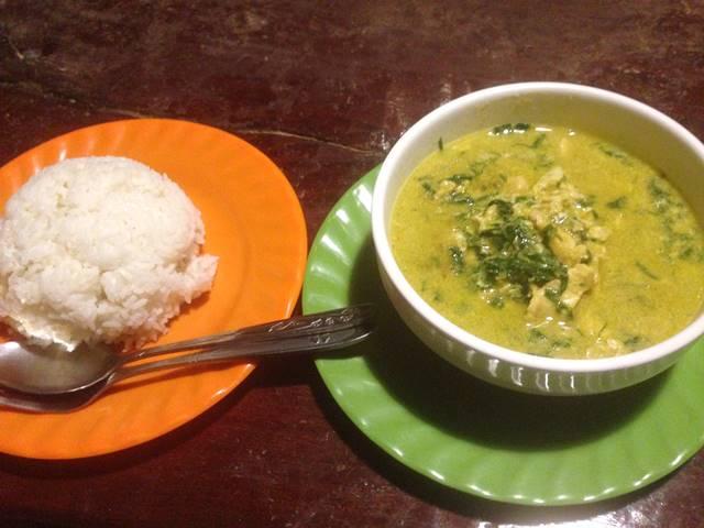 安いレストランで食べるカンボジア料理「アモック」