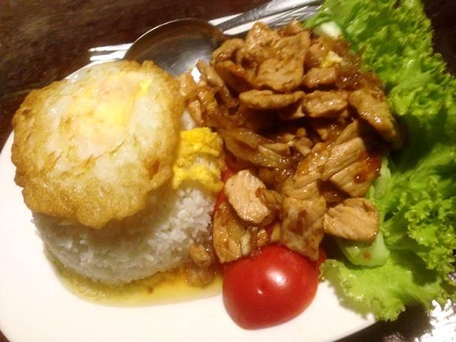 カンボジアの肉料理「ロックラック」
