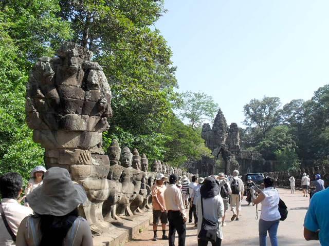 カンボジア、団体ツアーと個人ツアー