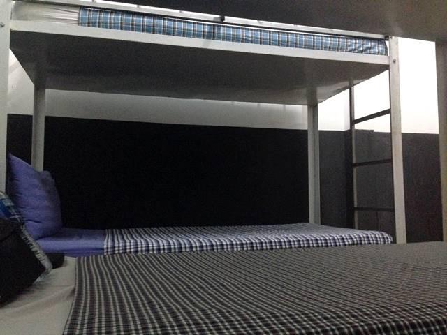 ドミトリールームの横並びベッド