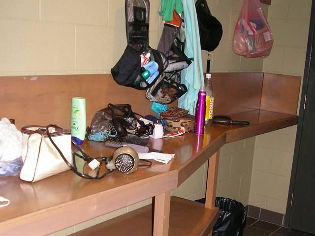 ドミトリールームでの女性の着替えや化粧