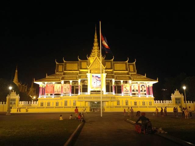 プノンペン王宮のライトアップ