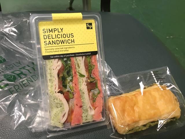ドンムアン空港で食べたサンドイッチとパン