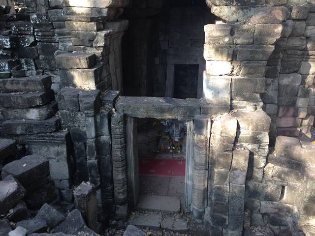 バンテアイチュマールの四面仏の塔の中