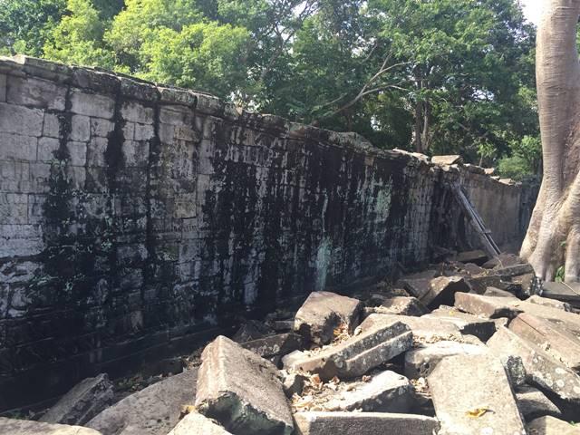 バンテアイチュマールの消えかけてる外壁のレリーフ