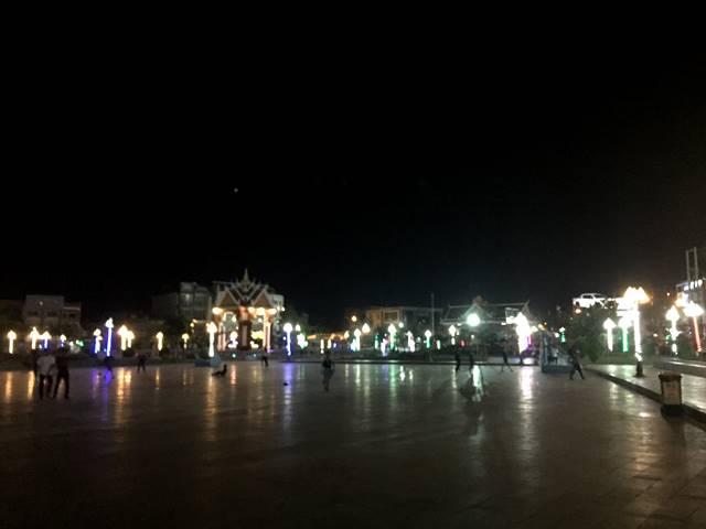 シソポン公園の夜の様子