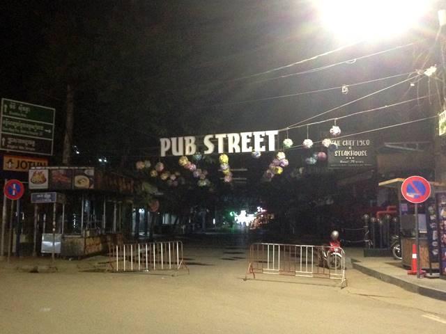 コロナの影響で人のいないパブストリート