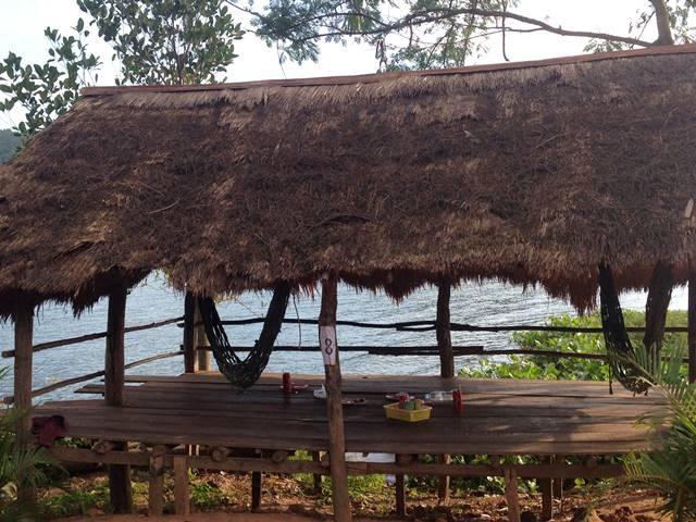 湖沿いのハンモックレストラン