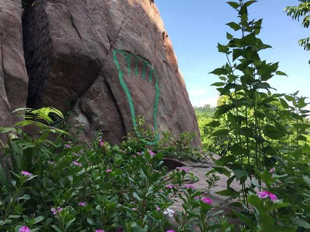 プーンタノンの絵の描かれた岩