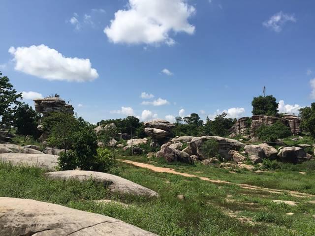 不思議な巨大岩が立ち並ぶプーンタノン