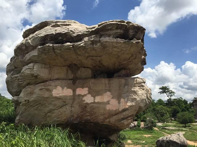 ドラゴンの顔のような岩