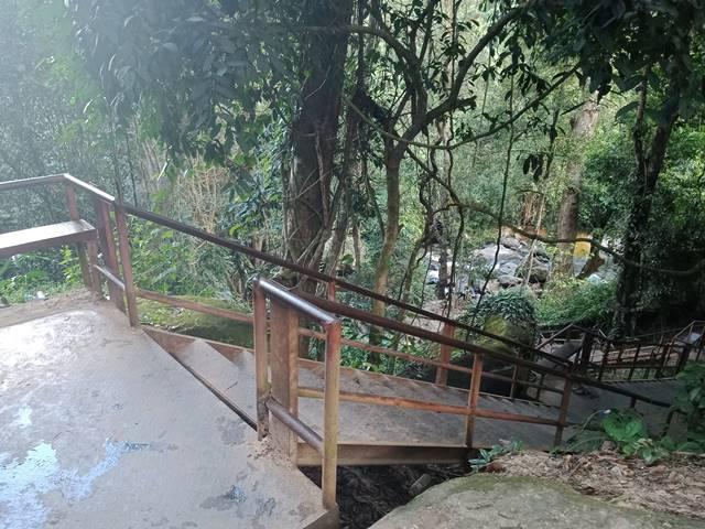 プノンクーレンの滝へ降りる階段