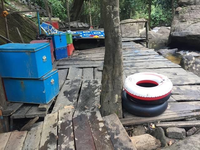 プノンクーレンの滝まわりにある貸し浮き輪や更衣室