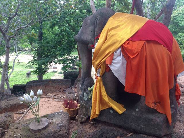 「プリア・ドムライ」の象の像2