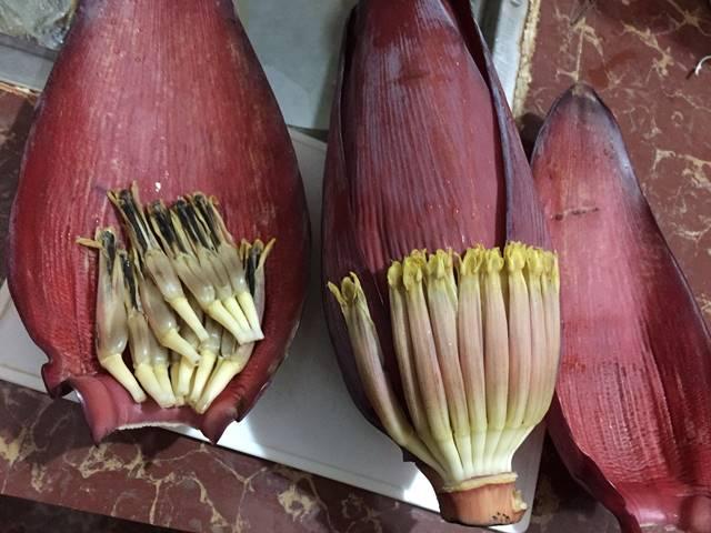 バナナの花の皮をむいていく